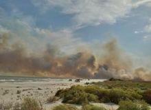 Turistii de pe litoral au avut parte de vreme neobisnuit de calda, cu 37 de grade, insa n-au lipsit incidentele. Un puternic incediu a izbucnit langa plaja Vadu
