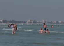 Plaje pline si turisti fericiti pe litoralul romanesc, la mijloc de septembrie. Cand se raceste vremea