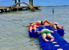 Plaja din Mamaia amenajată special pentru copiii cu dizabilități, ocupată de turiști. FOTO