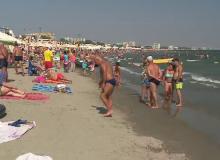 100.000 de turiști se bucură în continuare de vară, pe litoral, deși patronii și-au închis localurile