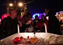 Momentul în care băutura e adusă cu roaba într-un club din Mamaia:  Noi suntem aici pe mese
