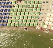 Cât de periculoase sunt şezlongurile, aşezate chiar în buza mării. Imagini filmate cu o dronă pe litoral
