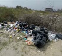 Amenzi usturătoare pentru cei care-și aruncă resturile pe plajă. Sancțiunile, echivalentul a 2 nopți de cazare