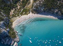 Un cuplu riscă 6 ani de închisoare, după ce a furat nisip de pe o populară plajă din Italia