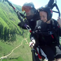 Pretul pentru a zbura printre nori, 20 de minute, la Poiana Brasov. Cat de apreciata e parapanta de catre straini