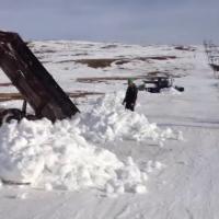 Proprietarii pensiunilor de la munte aduc zapada pe partie cu camionul. Cand vor avea parte de ninsoare