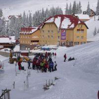 Weekend cu aglomeratie in statiunile montane din Banat. Zapada cazuta din abundenta i-a bucurat pe impatimitii sporturilor de iarna. Starea partiilor