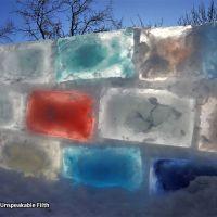 Idee de vacanta pentru zilele geroase: cazemata de gheata colorata