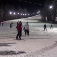 Bucuria primei zapezi adevarate din acest an i-a scos pe partii noaptea. Aglomeratie pe partiile de schi si dupa lasarea intunericului