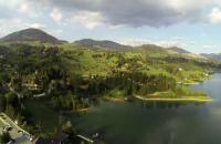 Lacul Colibita, oaza de liniste din mijlocul Transilvaniei. Cum arata un bungalou retras, cu acces la ponton, ideal pentru deconectare
