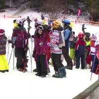 Scolarii se bucura de vacanta, la munte. Instructor de schi:  Intr-o saptamana un copil deprinde toate cunostintele necesare