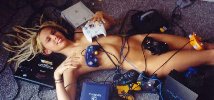 Играют голые фото