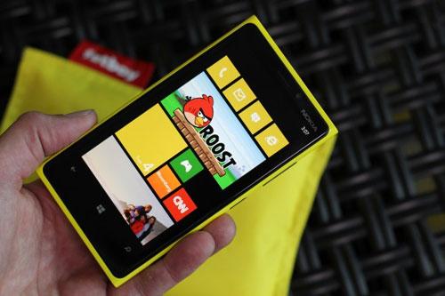 Pasarile furiose intra prin ferestrele telefonului. Rovio lanseaza Angry Birds Roost