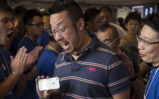 VIDEO: iPhone 5 a ajuns in magazine. Cum au reactionat fanii iPhone