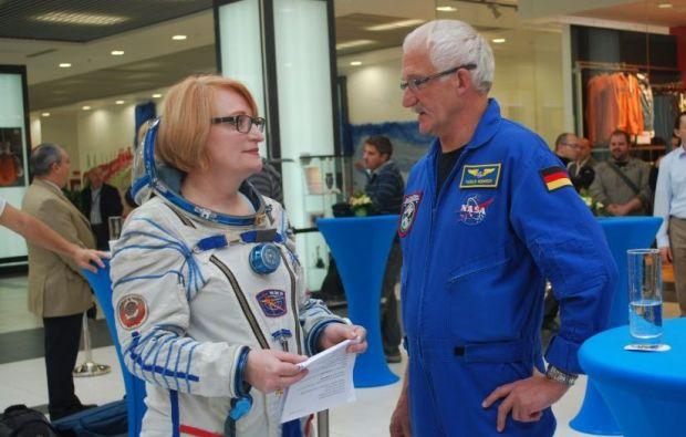 Costume de cosmonaut, praf de pe Luna si mancare spatiala, expuse in Bucuresti