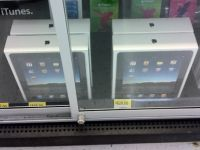 Imagini scandaloase. Tu ai idee ce se intampla cu iPad-ul tau inainte sa ti-l cumperi? Iata ce-i fac angajatii acestui magazin