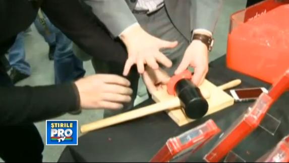 Cel mai puternic material pentru protectia telefonului tau, testat la MWC 2013