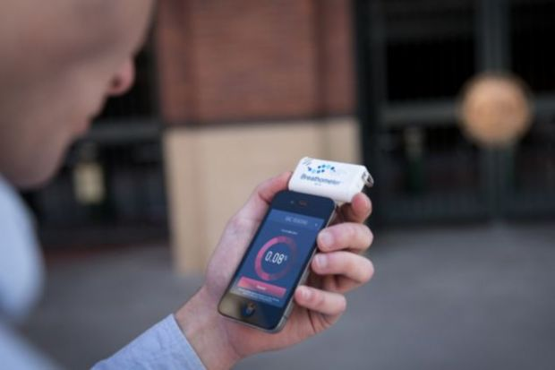 Breathometer, primul alcool-tester care, conectat la smartphone, cheama taxiul pentru soferii bauti