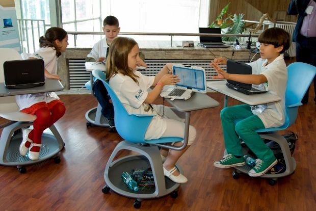 Toti elevii vor avea calculatorul lor. Acordul semnat de intel cu.
