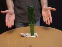 Provocare: Cum scoti bancnota de sub sticla, fara sa cada sticla. Raspunsul aici. VIDEO