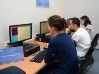 Tinerii studenti romani pot primi una din cele 10 burse Intel