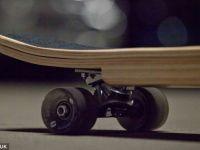 Laptopul sau hartiile necesare la serviciu pot fi transportate cu un skateboard