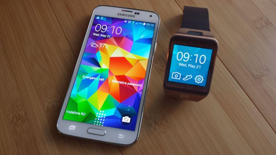Samsung Galaxy S5 si Samsung Gear 2
