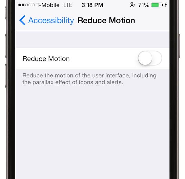 Daca misti usor telefonul in mana, vei observa un efect tridimensional care consuma insa bateria. Mergi la Settings > General > Accessibility > Reduce Motion si dai switch off
