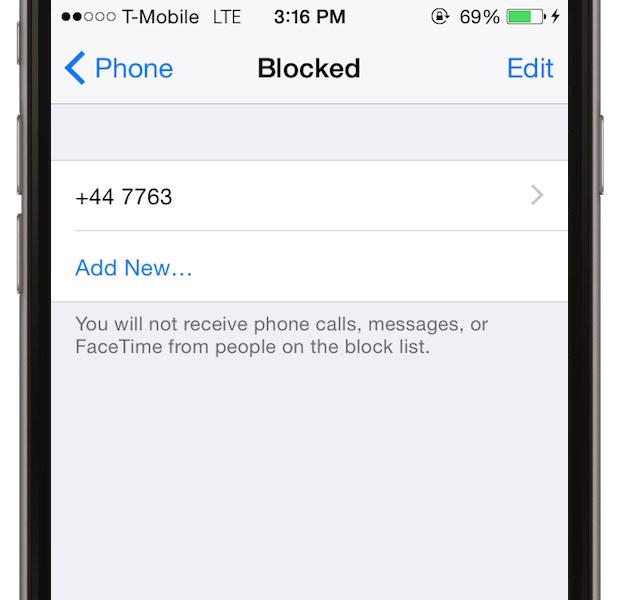 Blocheaza oamenii care suna persistent - telefoanele consuma multa baterie si daca nu vrei sa fii sunat de o anumita persoana, mergi la Settings > Phone > Blocked si selecteaza persoana careia vrei sa i se refuze automat accesul