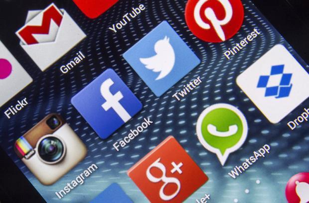 Twitter verifica ce alte aplicatii mai ai pe telefon, Facebook poate face poze fara sa stii!