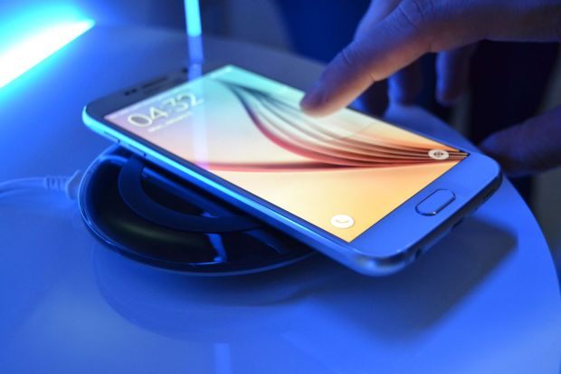 Au pus mana pe noul Samsung Galaxy S6 si l-au desfacut! Ce au descoperit in interior! VIDEO