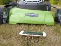 Ce se intampla cu un iPhone 6 dupa ce au trecut peste el cu masina de tuns iarba. VIDEO
