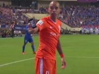 Un jucator de fotbal a fost lovit cu un iPhone aruncat de un fan in timpul meciului