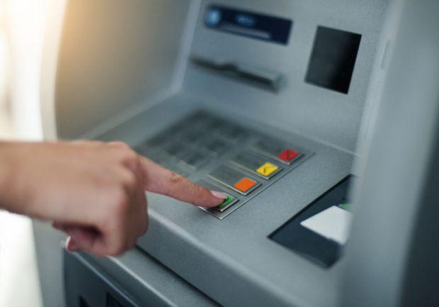 Politistii au arestat 8 persoane care ar fi furat bani din bancomatele din Bucuresti, dar si din Europa