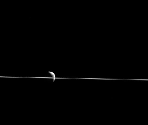 Poza superba publicata de NASA. Cum a fost surprinsa luna Dione asa