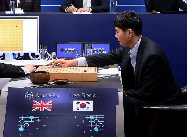 Victorie pentru inteligenta artificiala. AlphaGo a castigat duelul campionul mondial la Go
