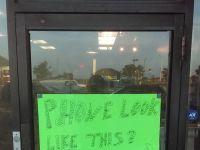 Cum isi face reclama un magazin care repara telefoanele cu display spart. Ce scrie pe usa