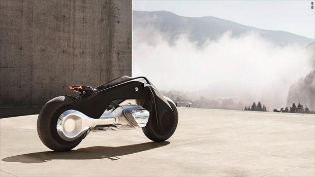 BMW a anuntat motocicleta care nu se rastoarna si nu are nevoie de casca! Clipul la care s-au uitat 39 de milioane de oameni