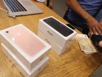O fata le-a cerut tuturor celor 20 de iubiti ai ei sa-i cumpere cate un iPhone si apoi le-a vandut pe toate! Ce a facut cu banii