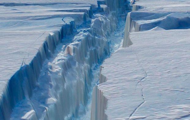 Un ghetar urias s-a desprins de calota glaciara din Antarctica! Specialistii sunt in alerta