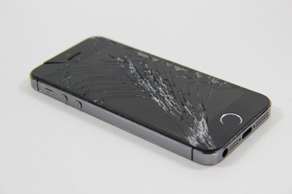 Nu-l scapa din mana! Cat costa de acum repararea unui ecran de iPhone