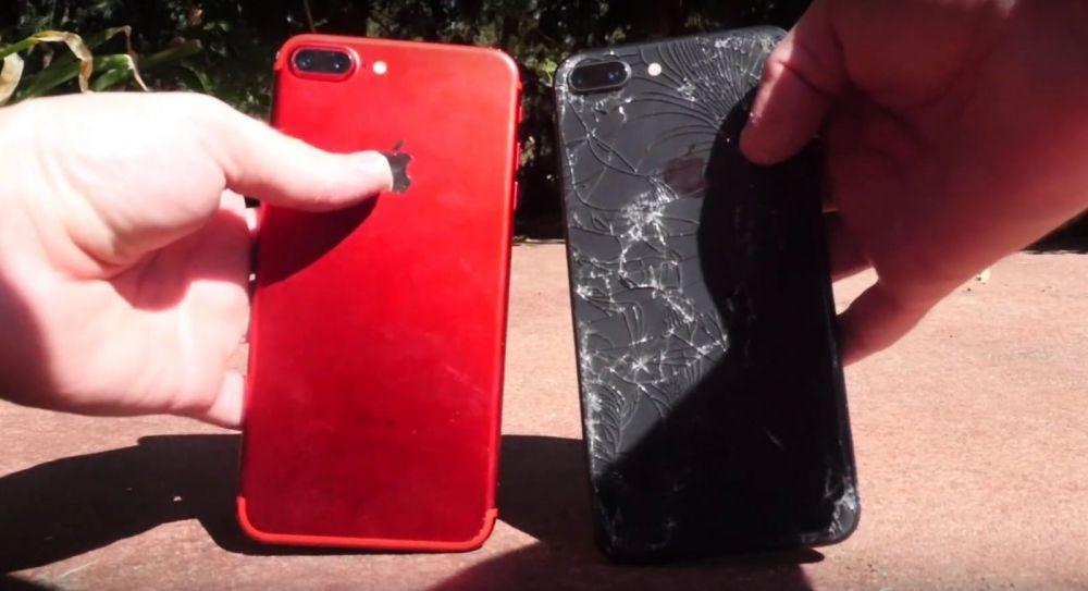 Test de rezistenta iPhone 8 Plus versus iPhone 7 Plus! Ce se intampla cand le scapi pe asfalt