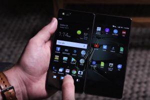 Cel mai ciudat smartphone al anului! Are clapeta si doua ecrane tactile