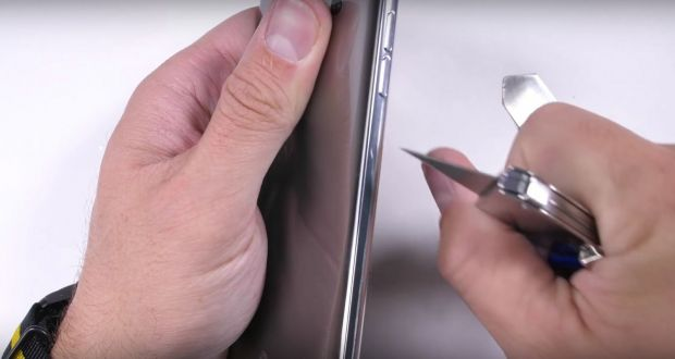 Telefonul care rezista incredibil cand este ars, zgariat si indoit! Video cu un test uimitor