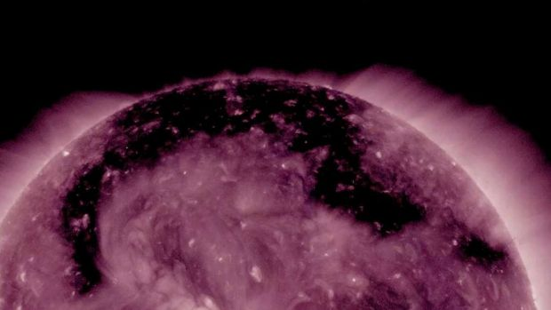 O gaura uriasa formata in Soare emite particule radioactive spre Pamant