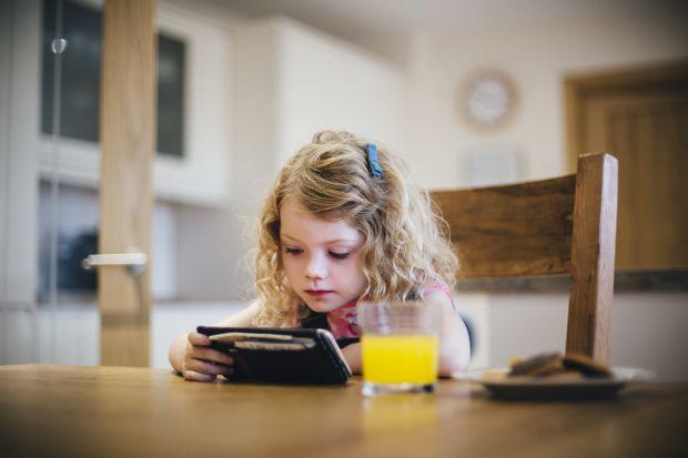 Ce-a facut o fetita de 6 ani, care a primit cadou de Craciun primul ei smartphone