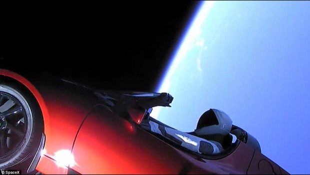 Un pas urias inainte! SpaceX a trimis pe orbita o masina Tesla Roadster, la bordul rachetei Falcon Heavy