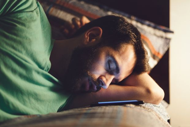 Romanii sunt dependenti de smartphone. Aproape 80% dintre ei il folosesc inainte de culcare
