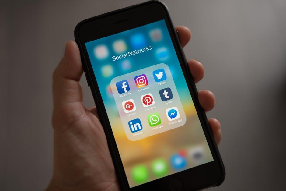 Facebook introduce un nou buton. Cand si cum poate fi folosit bdquo;downvote