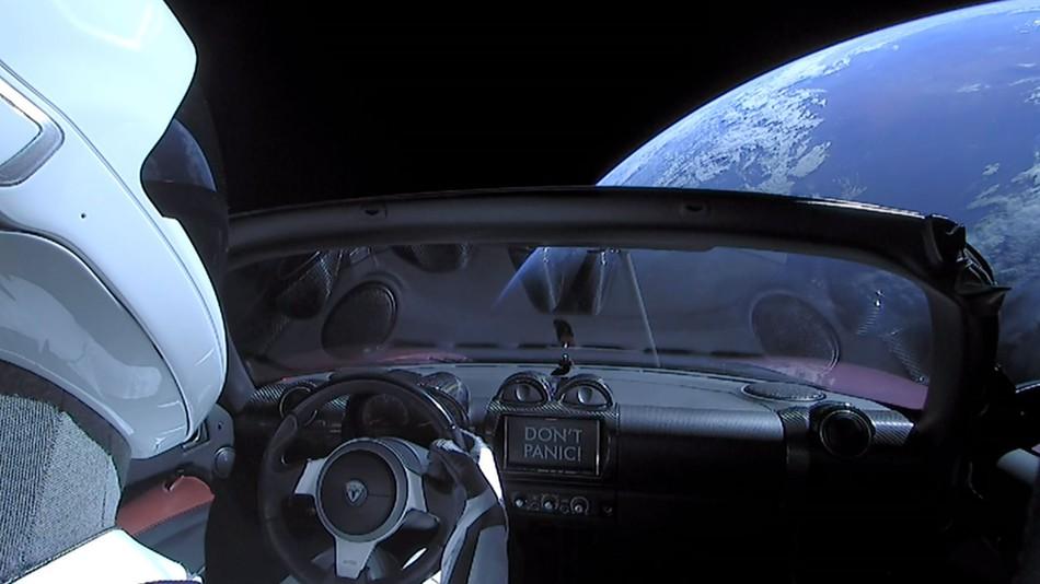 Incarcatura secreta lansata in spatiu! Ce se afla la bordul masinii Tesla Roadster?